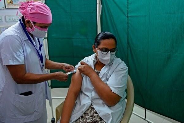 ممرضة هندية خلال التدريب على التلقيح لفيروس كورونا في مدينة غوجاراتي.