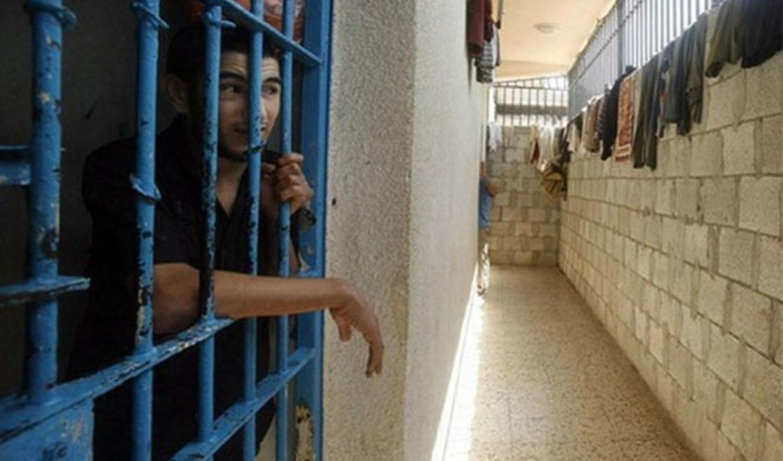 مركز فلسطين: أسرى سجن النقب يعانون من قساوة الشتاء ووباء كورونا