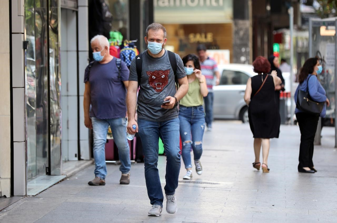 مواطنون يرتدون قناعاً للوقاية من فيروس كورونا في بيروت (صورة أرشيفية).