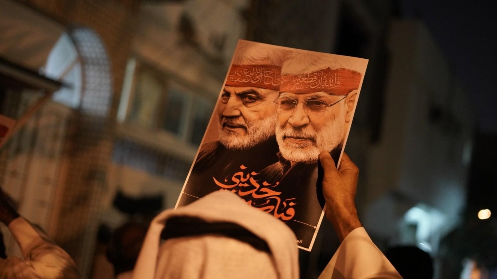 حمل المشاركون البحرينيون صور الشهداء ورددوا شعارات تدعو إلى الانتقام من الجناة