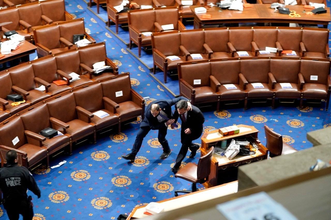 معاون بالكونغرس: إجلاء رئيسة مجلس النواب الأميركي بيلوسي وهي آمنة