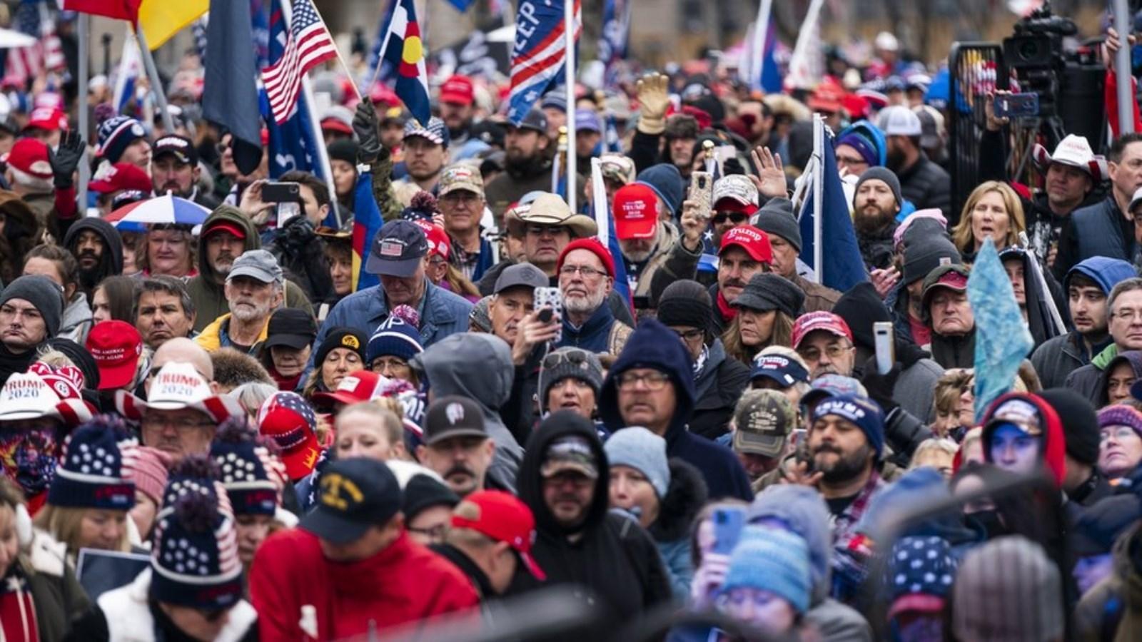 مؤيدو الرئيس المنتهية ولايته دونالد ترامب يتجمهرون للتنديد بتوجه الكونغرس لحسم النتيجة لصالح الديموقراطي جو بايدن
