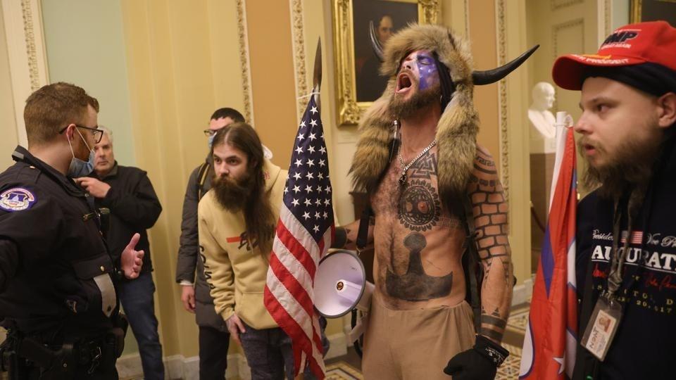 بعد عنف واشنطن.. ترامب مهدد من إدارته والكونغرس و