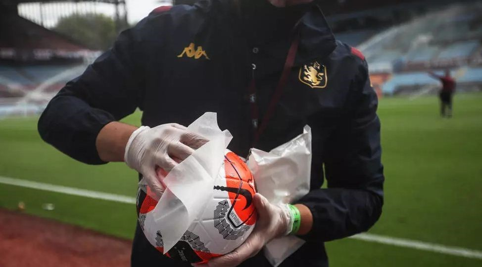 تعقيم الكرة في ملعب أستون فيلا (أ ف ب)