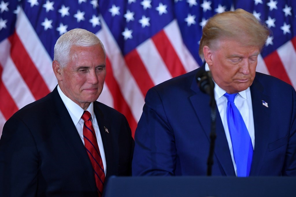 ترامب وبنس يتحدثان أثناء ليلة الانتخابات الرئاسية في البيت الأبيض في واشنطن (أ ف ب).