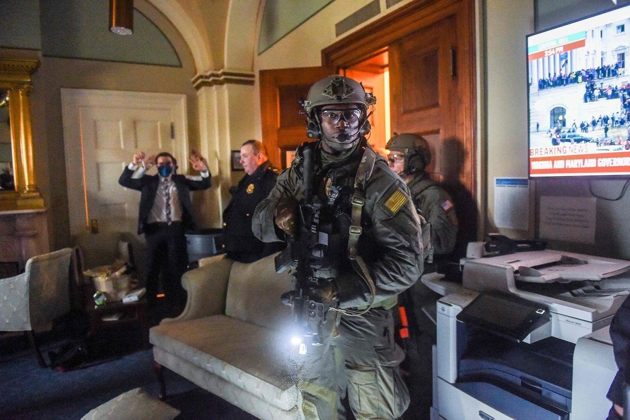 قوات الشرطة الأميركية خلال تطهير مبنى الكابيتول من المشاغبين.