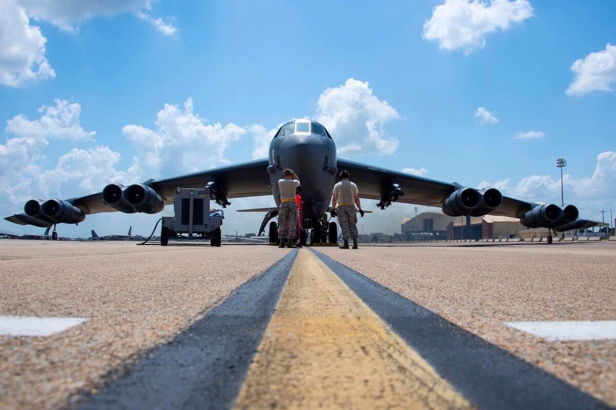 حلقت أطقم الطائرتين الأميركيتين في مهمة استمرت 36 ساعة بدون توقف من قاعدة مينوت الجوية إلى الخليج والعودة