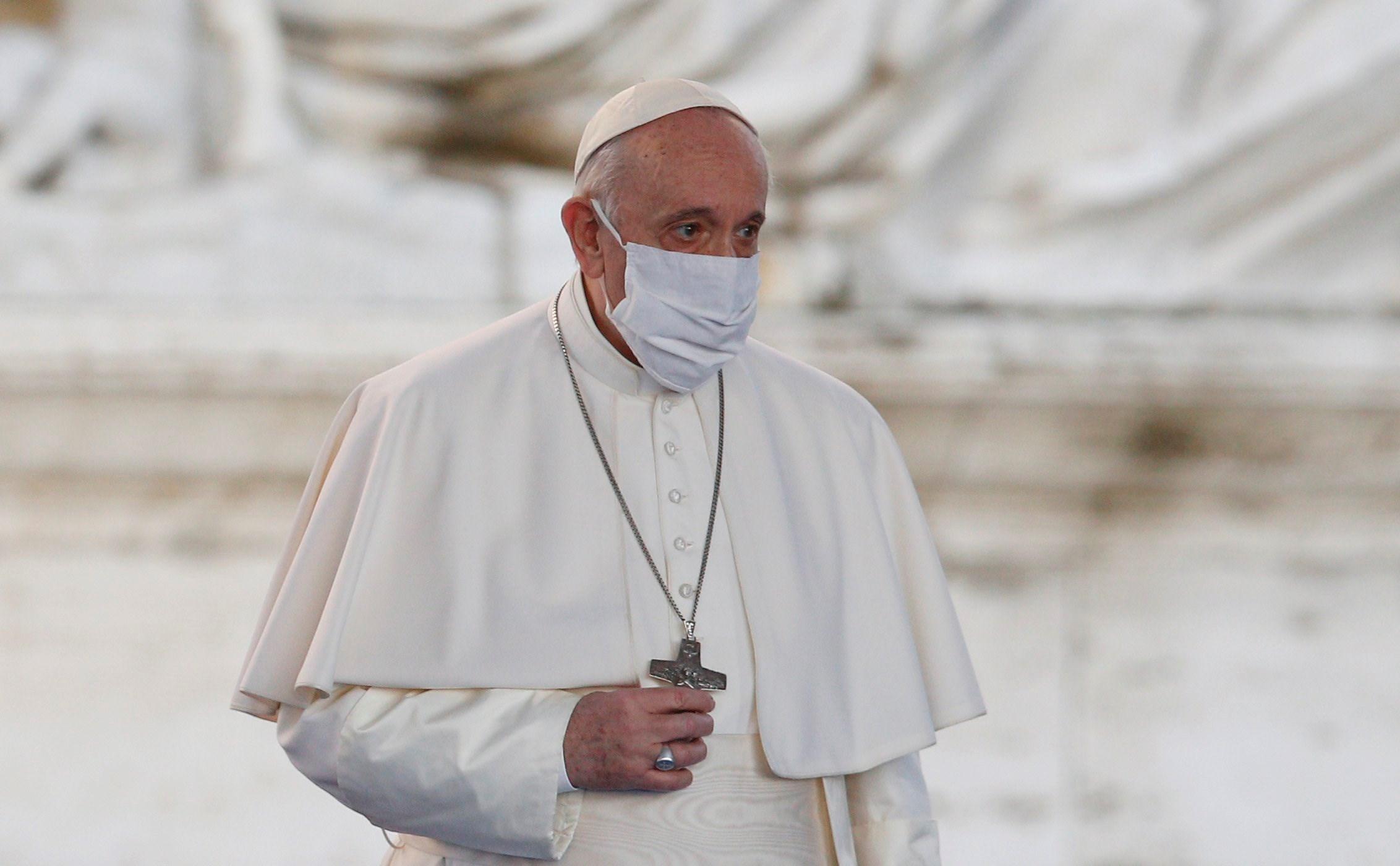 البابا فرانسيس مرتدياً قناعاً للوقاية من كورونا أثناء حضوره لقاءً للصلاة من أجل السلام في روما - 20 أكتوبر 2020 (أ.ف.ب)