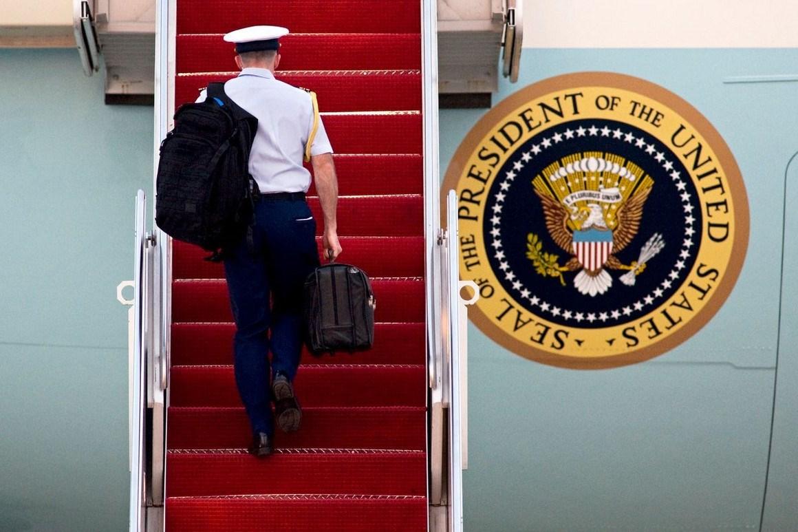 وزير الدفاع الأميركي الأسبق وليام بيري يدعو بايدن إلى الإعلان عن أنه سيتقاسم الحق في استخدام السلاح النووي مع مجموعة محصورة من أعضاء الكونغرس (AP)