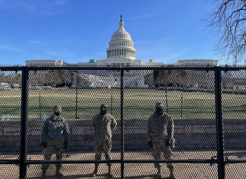 جنود الحرس الوطني يحرسون أراضي مبنى الكابيتول الأميركي من خلف سياج أمني في واشنطن العاصمة - 9 يناير 2021 (أ.ف.ب)