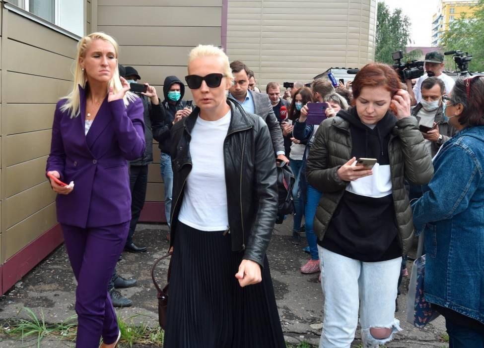 يوليا نافالني زوجة المعارض الروسي ألكسي نافالني (في وسط الصورة)