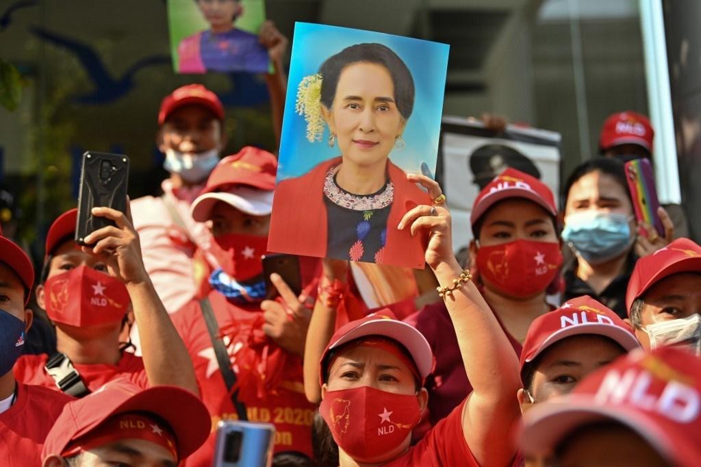 مهاجرون من ميانمار يحملون صوراً لأونغ سان سو كي في مظاهرة في بانكوك - 1 فبراير 2021 (أ ف ب).