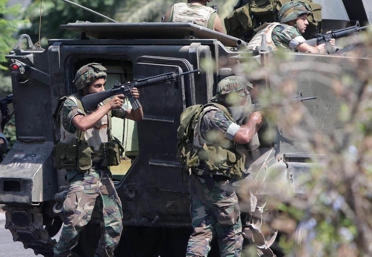 ذكر الجيش اللبناني أنه تم ضبط كمية من الأسلحة والذخائر الحربية مع الموقوفين