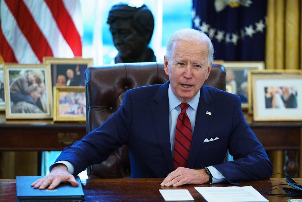 الرئيس الأمريكي جو بايدن في المكتب البيضاوي قبل التوقيع على أوامر تنفيذية - 28 يناير 2021
