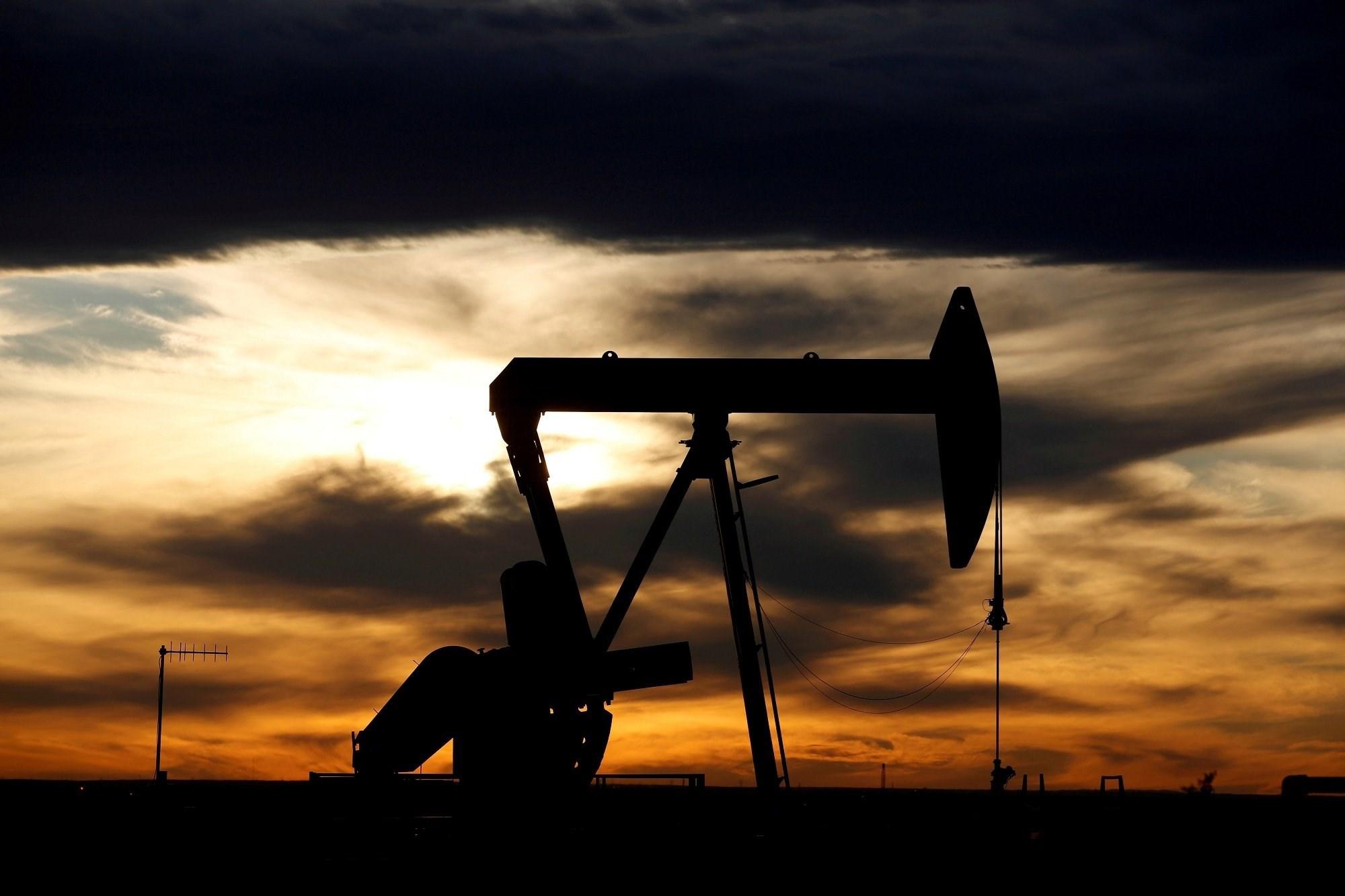 أسعار النفط تبلغ ذروة 12 شهراً بينما يكبح كبار المنتجين الإنتاج