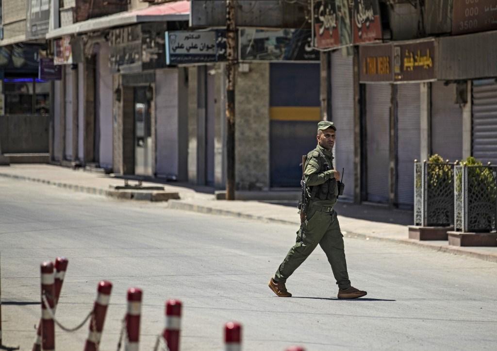 عنصر من قسد في مدينة القامشلي ذات الأغلبية الكردية بمحافظة الحسكة شمال شرق سوريا - أغسطس 2020 (أ.ف.ب)