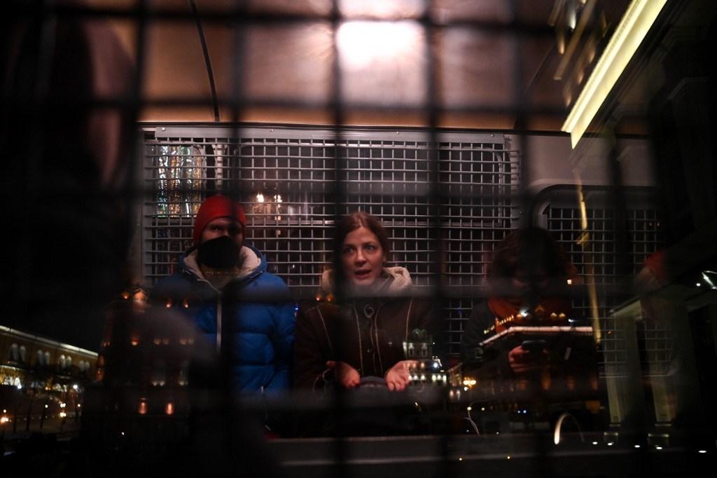 محتجزون داخل سيارة للشرطة في وسط مدينة موسكو في 2 فبراير 2021 (أ ف ب).