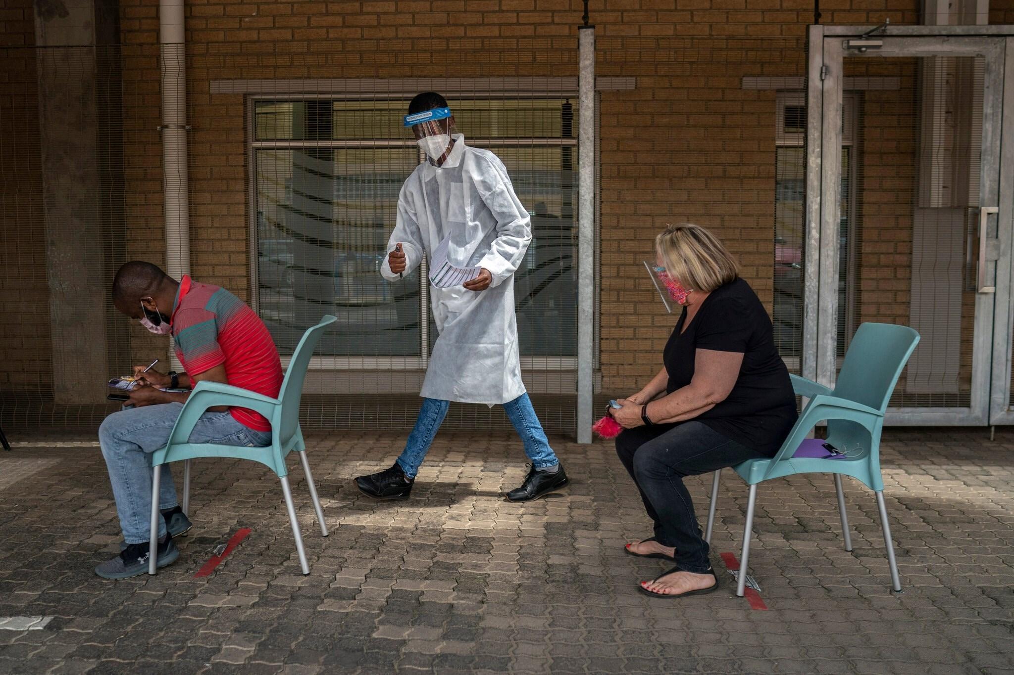 خلال التسجيل لإجراء اختبار كورونا في مدينة جوهانسبرغ في جنوب أفريقيا.