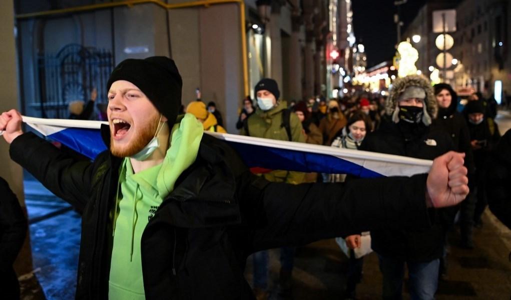 محتجون وسط موسكو بعد صدور قرار سجن المعارض الروسي ألكسي نافالني (أ ف ب)