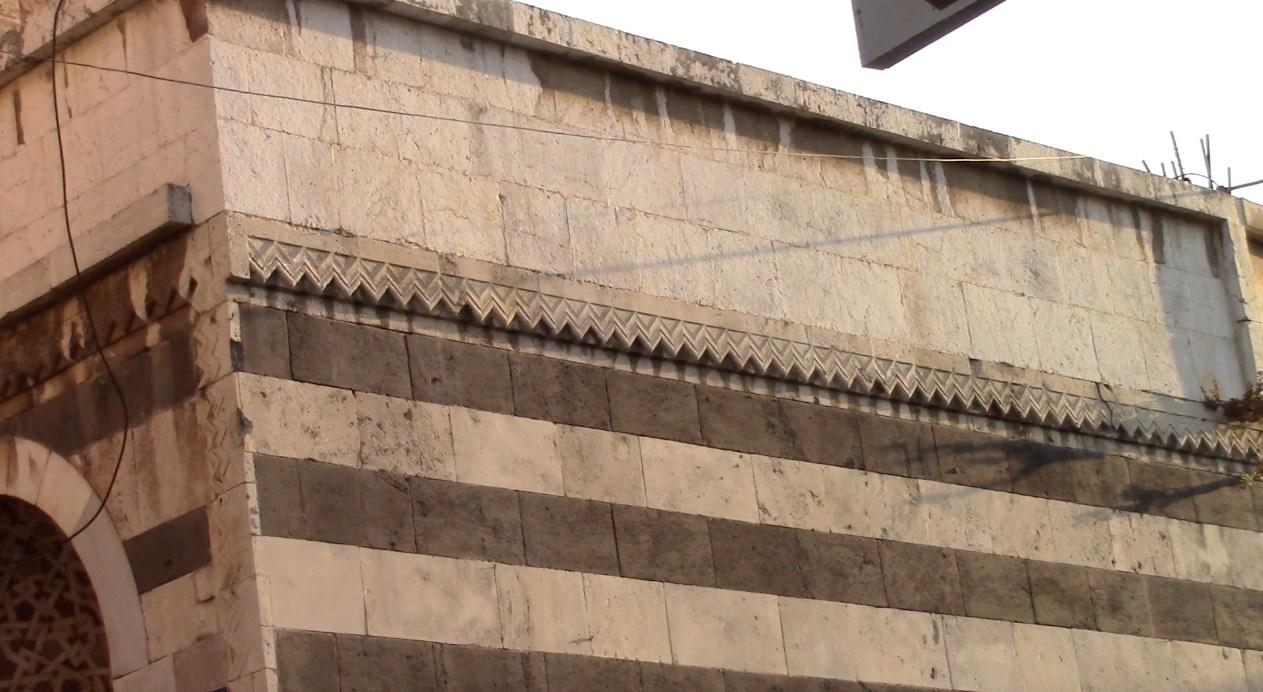 مدارس أثرية صامِدة على مدخل الجامع المنصوري