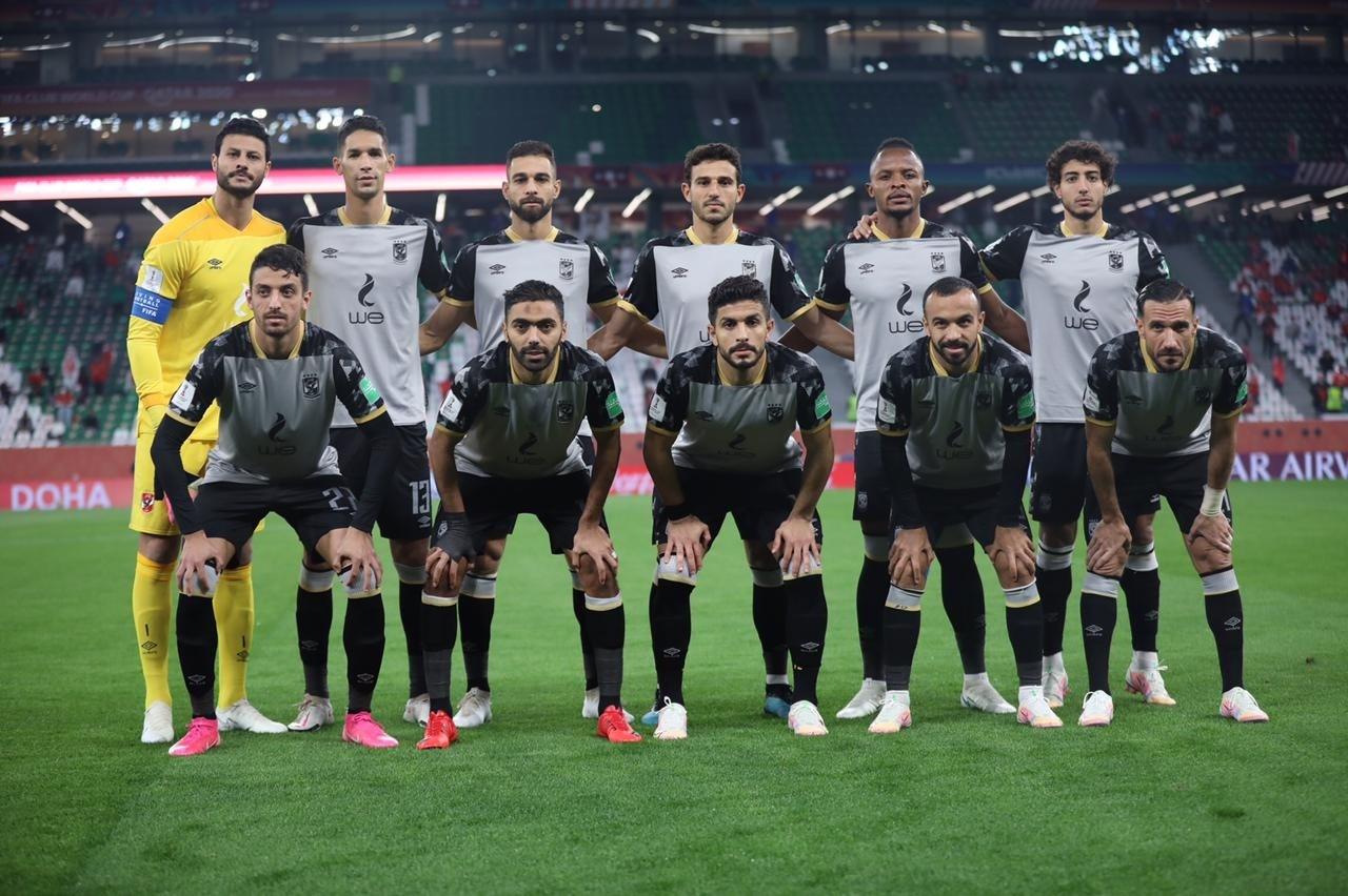 لاعبو الأهلي في صورة تذكارية قبل انطلاق المباراة أمام الدحيل