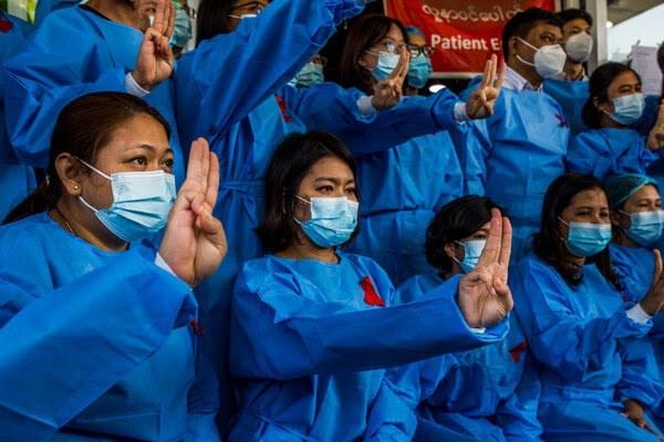 أطباء في مستشفى يانغون يعربون عن رفضهم للانقلاب العسكري.