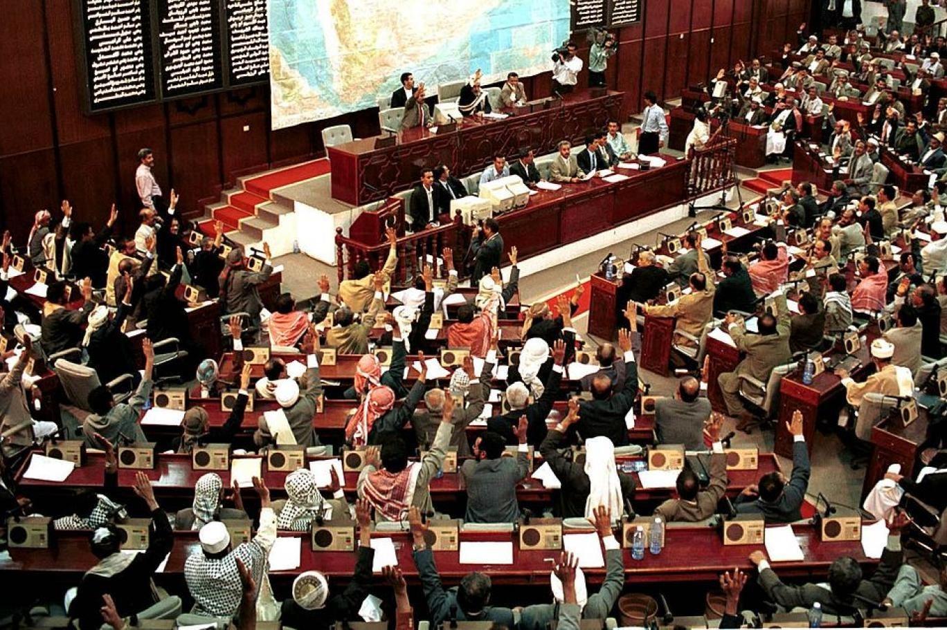 البرلمان اليمني في صنعاء يتابع باهتمام كبير القرارات الأميركية الأخيرة ويرحّب بها