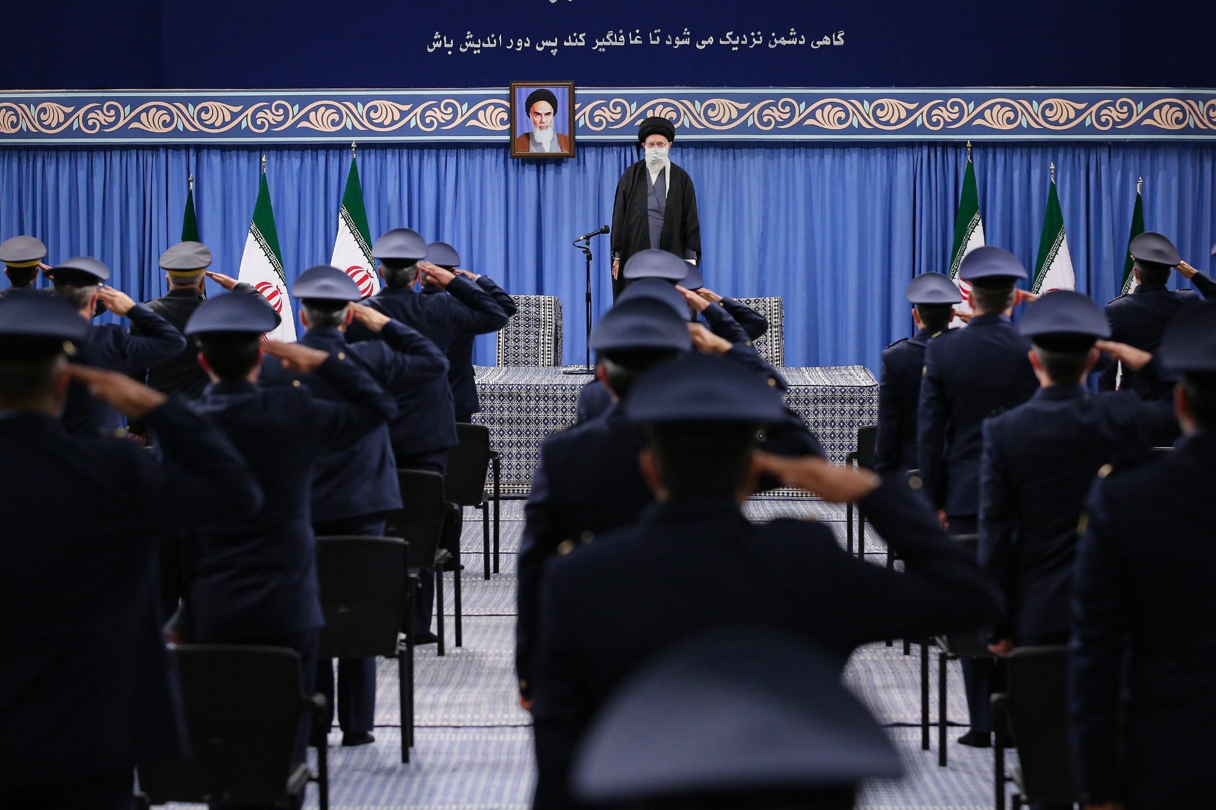 المرشد الإيراني خلال لقائه مع عدد من قادة وضبّاط القوّة الجويّة والدّفاع الجويّ