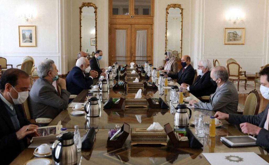 وزير الخارجية الإيراني محمد جواد ظريف خلال اجتماعه مع المبعوث الأممي إلى اليمن مارتن غريفيث (أ ف ب)