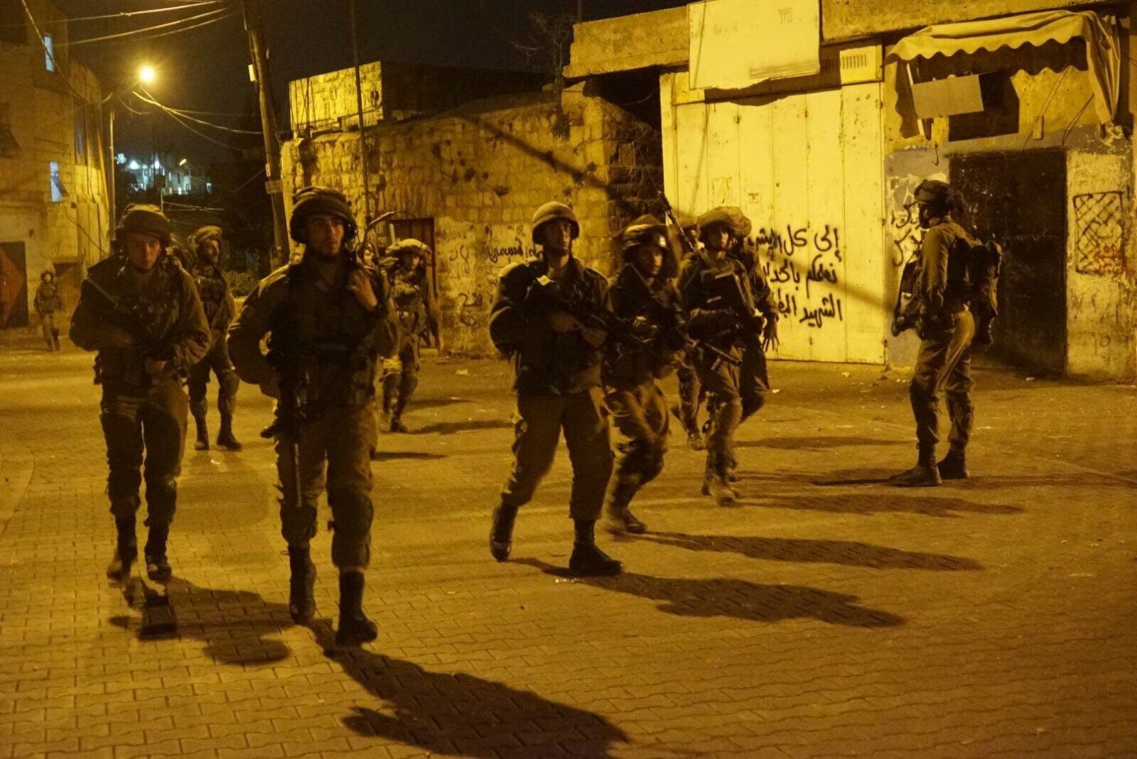 اندلاع مواجهات بين شبان فلسطينيين وقوات الاحتلال في قرية رأس كركر غرب رام الله