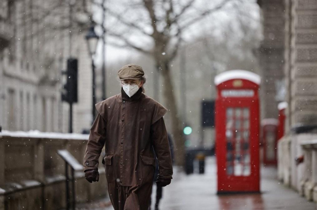 رجل يسير في أحد شوارع لندن مرتدياً الكمامة (أ ف ب - أرشيف)