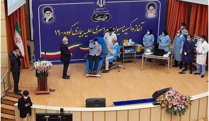 نجل وزير الصحة أول من يتلقى اللقح ضد كورونا لطمأنة الإيرانيين