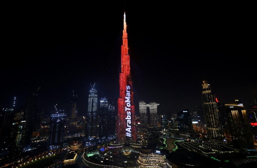 أضيء برج خليفة في دبي باللون الأحمر في 9 شباط / فبراير 2021 (أ ف ب).