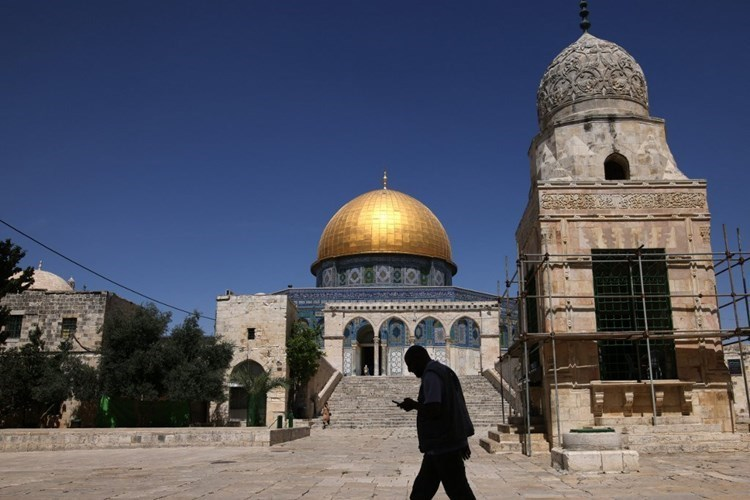 Settlers continue provoking activities at Al-Aqsa Mosque.