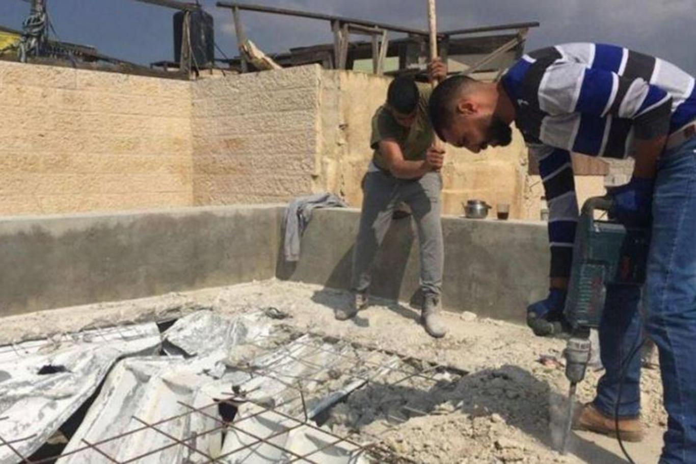 Jerusalemite Ali Shquairat self demolishing his home under the pretext of unpermitted work