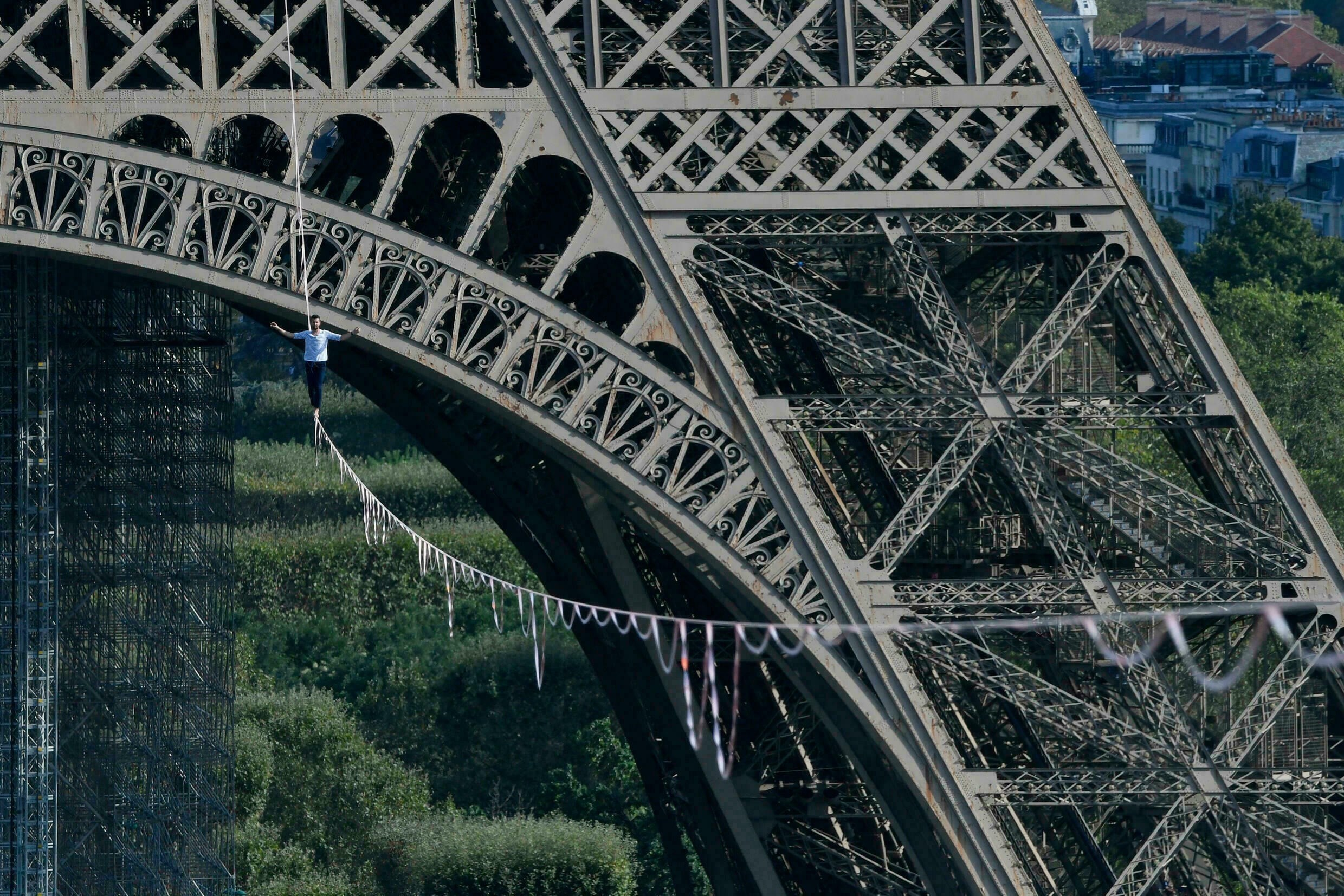 The French adventurer walked a distance of 670 meters on a rope at a height of 70 meters from the Eiffel Tower to the Chaillot National Theater.